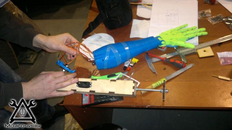 Рука робота своими руками. Управляемая механическая рука и перчатка. Школа FabLab. Самоделки (www.mozgochiny.ru) - 001 (11)