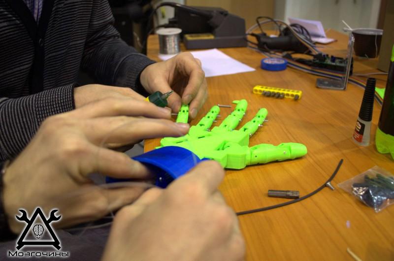 Рука робота своими руками. Управляемая механическая рука и перчатка. Школа FabLab. Самоделки (www.mozgochiny.ru) - 001 (26)