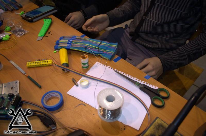 Рука робота своими руками. Управляемая механическая рука и перчатка. Школа FabLab. Самоделки (www.mozgochiny.ru) - 001 (27)