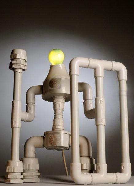 любопытная самодельная лампа в виде робота