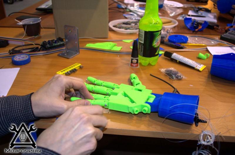 Рука робота своими руками. Управляемая механическая рука и перчатка. Школа FabLab. Самоделки (www.mozgochiny.ru) - 001 (22)