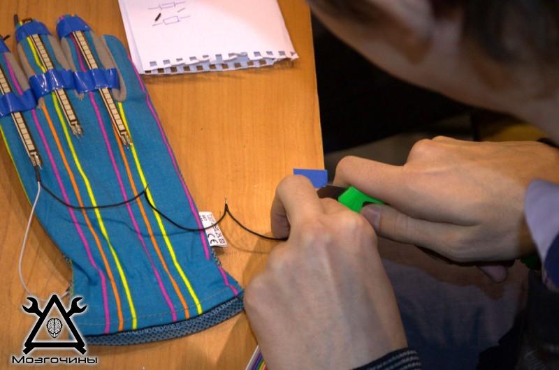 Рука робота своими руками. Управляемая механическая рука и перчатка. Школа FabLab. Самоделки (www.mozgochiny.ru) - 001 (30)