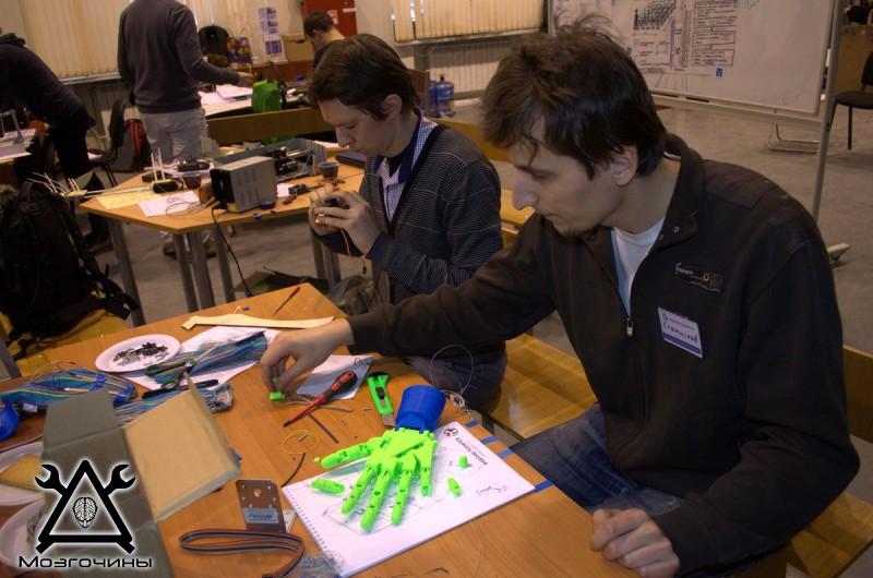 Рука робота своими руками. Управляемая механическая рука и перчатка. Школа FabLab. Самоделки (www.mozgochiny.ru) - 001 (33)