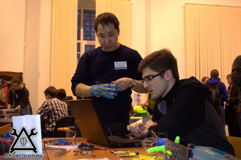Рука робота своими руками. Управляемая механическая рука и перчатка. Школа FabLab. Самоделки (www.mozgochiny.ru) - 001 (37)
