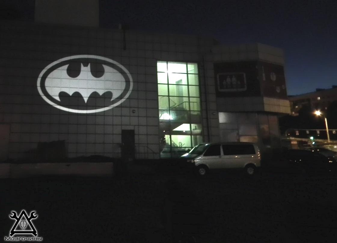 BATMAN на здании супермаркета)