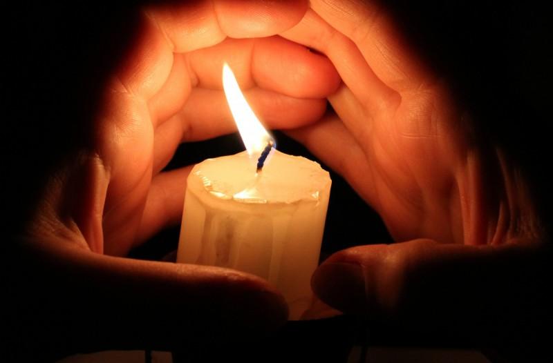 Руки вокруг свечи