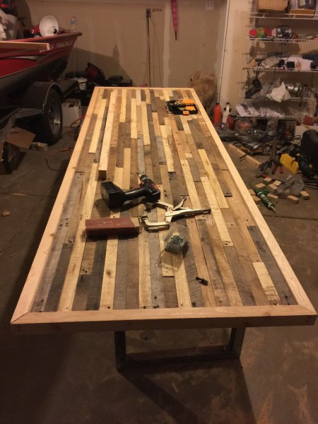 kak-sdelat-stol-iz-drevesnyih-obrezkov18