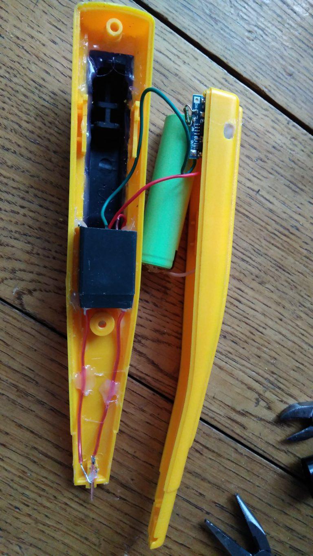 Как сделать зажигалку из батарейки и скрепки