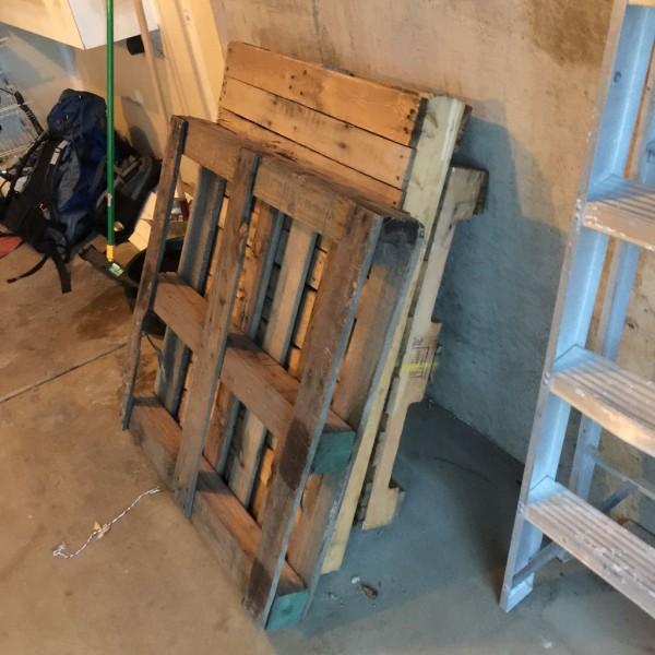 kak-sdelat-stol-iz-drevesnyih-obrezkov3